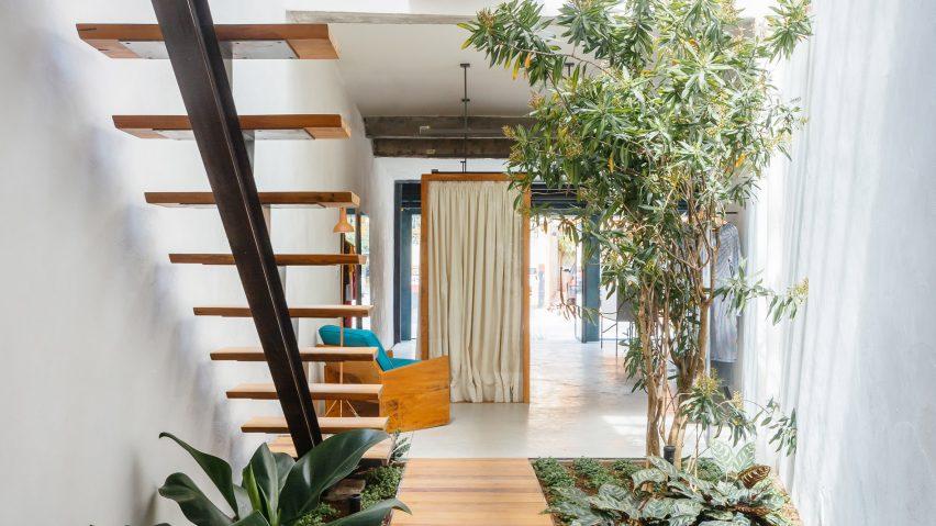 Taman minimalis di bawah tangga karya Vão Arquitetura