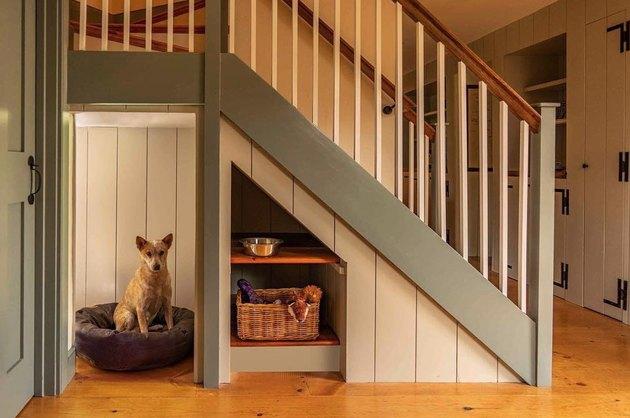 Kandang anjing memanfaatkan ruang ekstra di bawah tangga, jepretan Eric Roth Photography