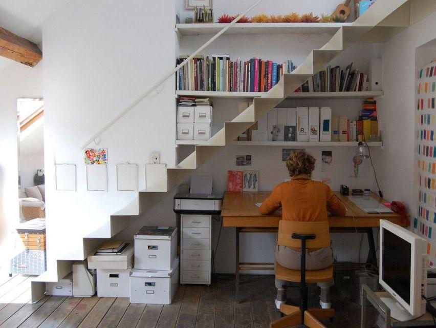 Ruang kerja yang memanfaatkan ruang bawah tangga secara optimal