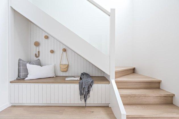 Ruang duduk bawah tangga dengan sentuhan Skandinavia, karya The Stables