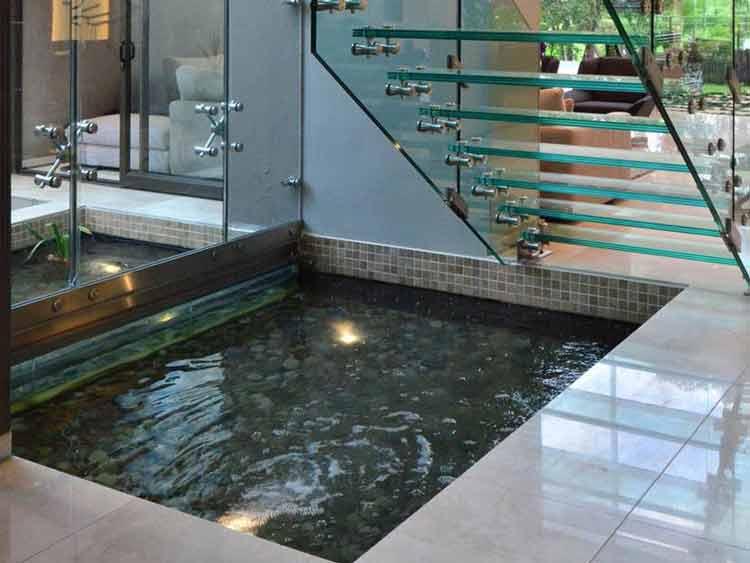 Kolam bawah tangga yang menyejukkan ruangan