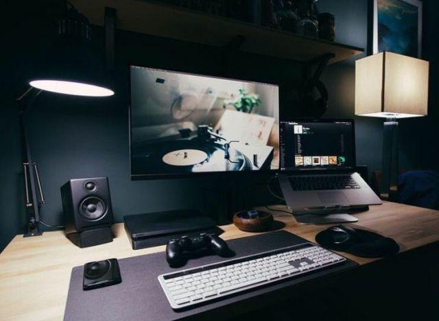 Desk lamp juga bisa digunakan sebagai dekorasi loh