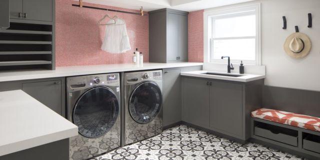 Ruang laundry dengan tempat duduk mungil