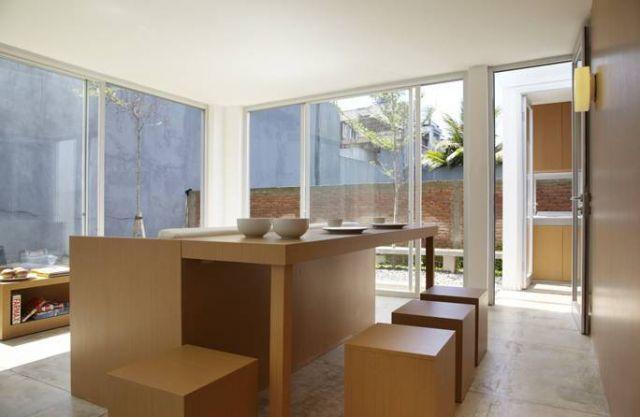 Ruang makan minimalis dengan furnitur kayu custom R House karya Sontang M Siregar