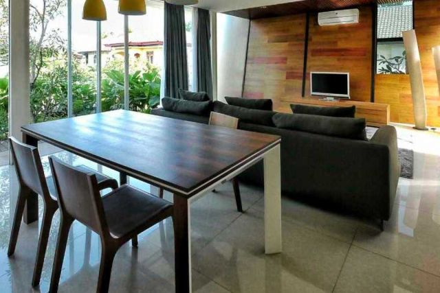 Ruang makan menyatu dengan ruang keluarga Hybrid House karya Parametr Indonesia