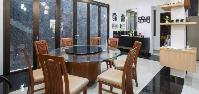 Ruang makan simpel dengan meja bundar Pondok Hijau Golf Residence karya Fine Team Studio