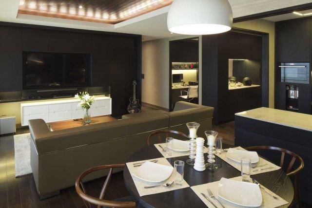 Penataan sempurna ruang makan rumah mungil dari Pavilion Apartment karya Vindate